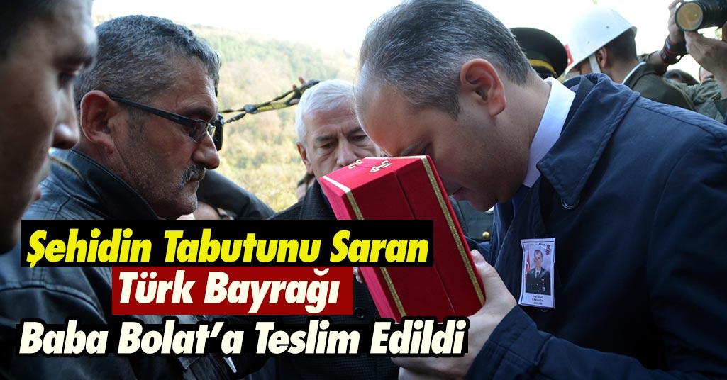 Acılı Baba Türk Bayrağını Teslim Aldı