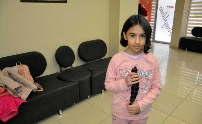 9 yaşındaki kız saçlarını kanser hastalarına bağışladı