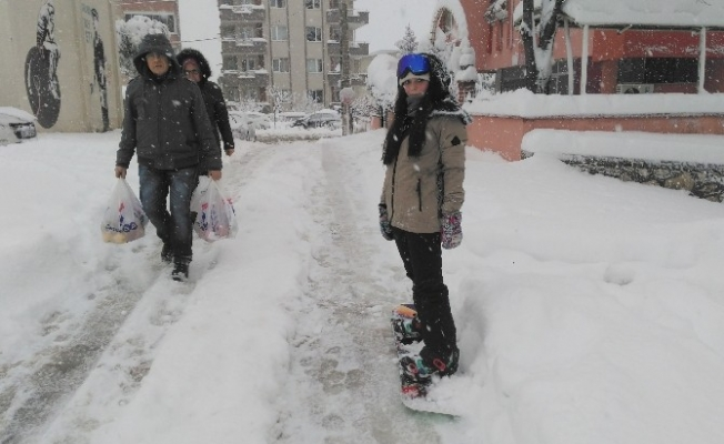 Şehrin merkezinde snowboard keyfi