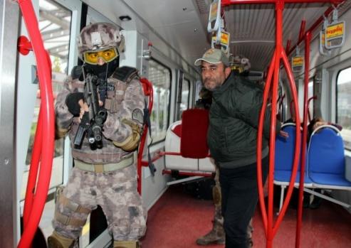 Özel Harekattan tramvayda nefes kesen tatbikat