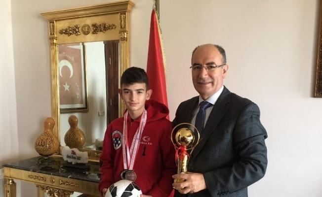 Başarılı satranç sporcusundan Kaymakam Nazlı'ya ziyaret