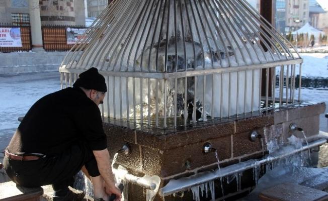 Erzurum'da şadırvanlar buz tuttu