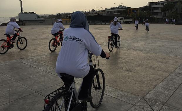 Liseli öğrenciler kansere dikkat çekmek için bisikletle broşür dağıttılar