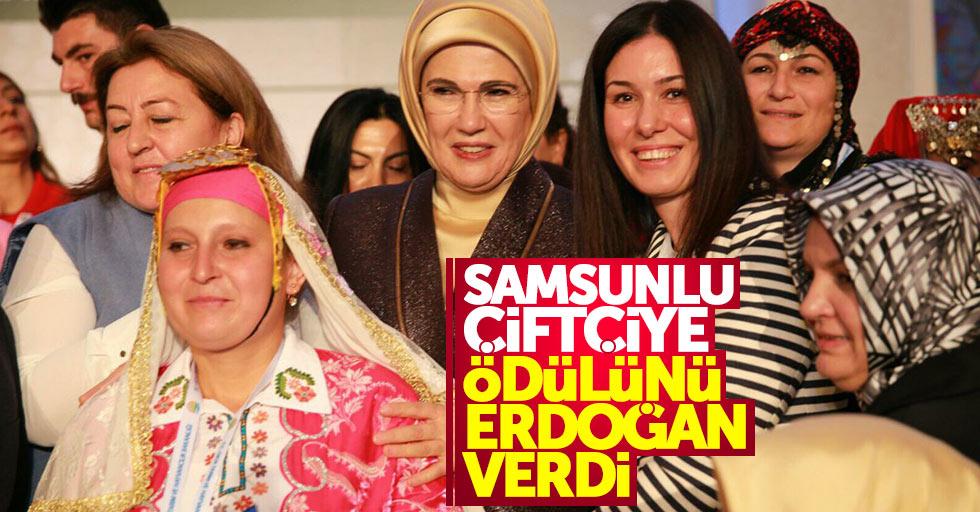 Samsunlu kadın Emine Erdoğan'dan ödül aldı