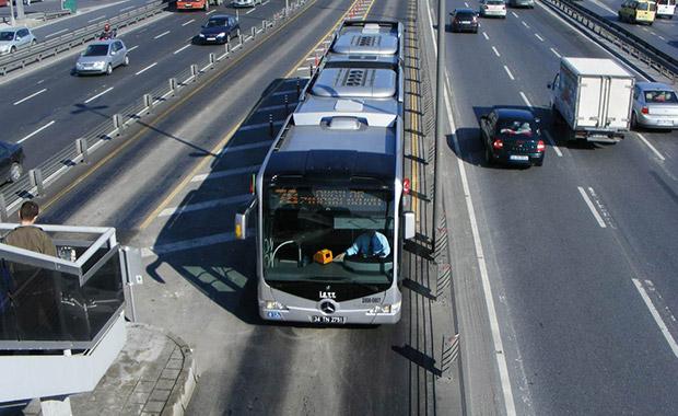 İstanbul'da iki metrobüs çarpıştı: 20 yaralı