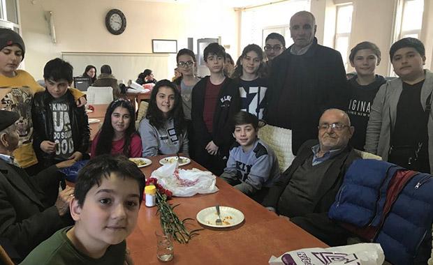 Samsun'da öğrencilerden huzurevine ziyaret