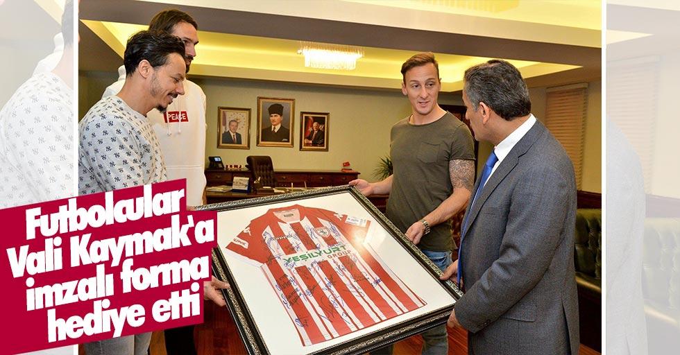 Futbolcular Vali Kaymak'a imzalı forma hediye etti