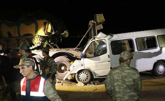 Minibüs askeri tıra çarptı: 4 ölü, 10 yaralı