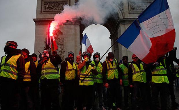 Fransa'da göstericilere gözaltı