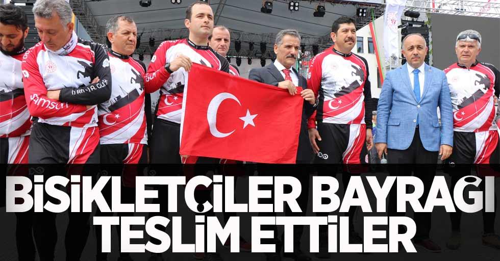 Bisikletçiler Bayrağı Valiye Teslim Etti