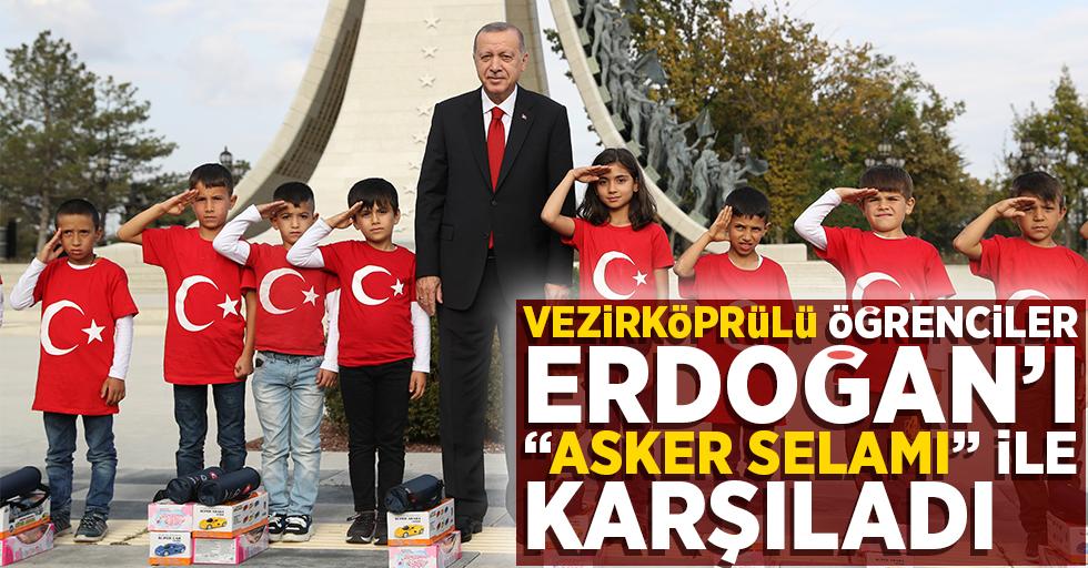 """Öğrenciler, Erdoğan'ı """"Asker selamı""""yla karşıladı"""