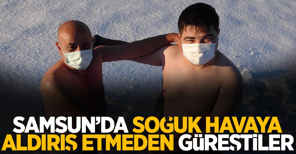 Samsun'da amca yeğen soğuk havaya rağmen güreştiler