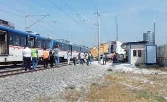 İzmir'de kamyonla tren çarpıştı: 10 yaralı