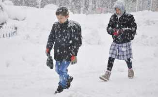 Yoğun kar yağışı nedeniyle okullar tatil edildi