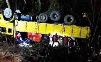 İşçileri taşıyan kamyon devrildi: 2 ölü, 8 yaralı