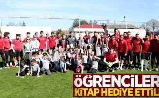 Samsunsporlu futbolcular öğrencilere kitap hediye ettiler