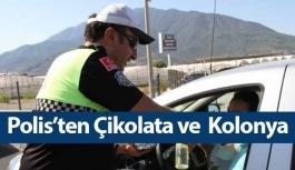 Trafik polislerinden çikolata ikramı