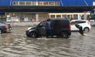 İstanbul'da sağanak yağış sele neden oldu