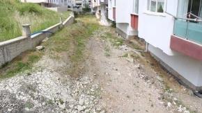 Toprak kayması apartman sakinlerini korkutuyor